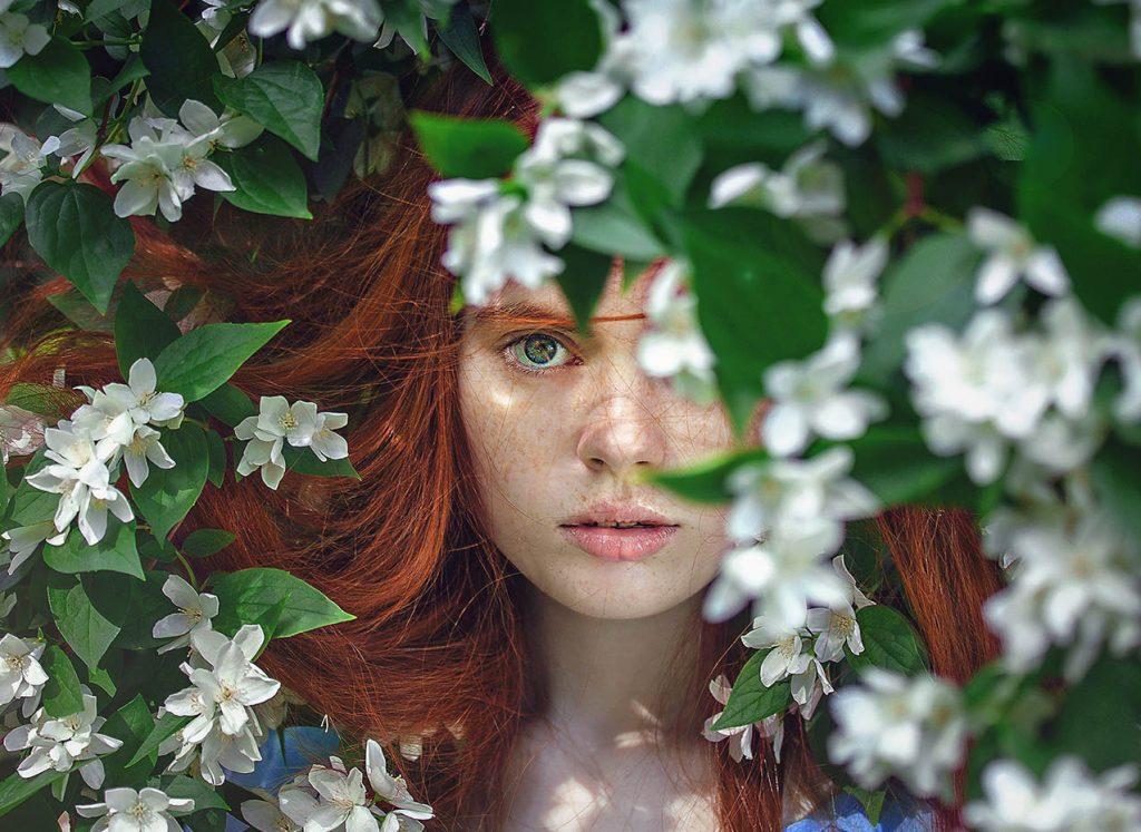 Chica entre las flores_belleza