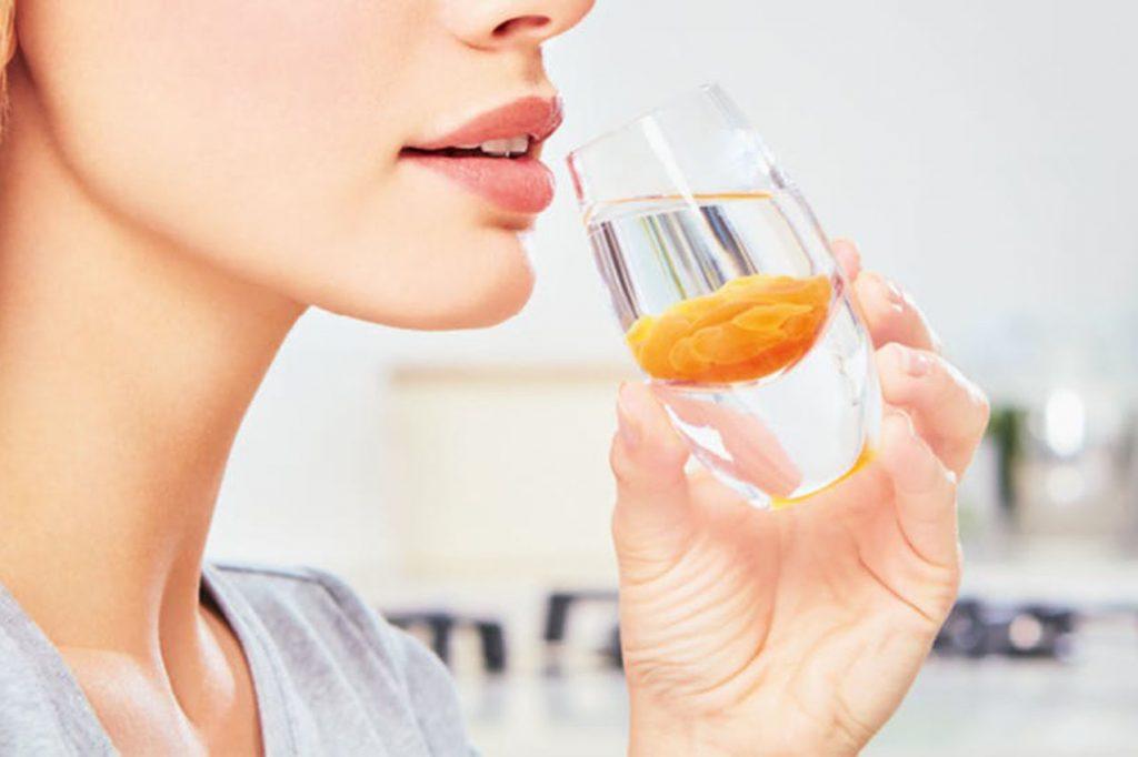 Mujer bebiendo AltrientC