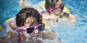 Niñas bañandose en el piscina